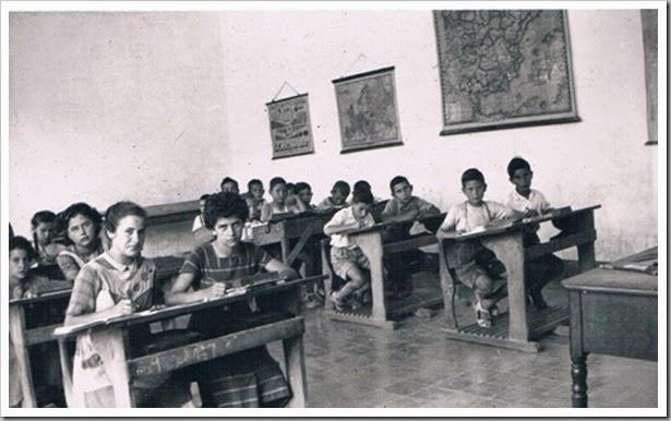 el maestro de escuela con pupitres. 1955