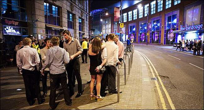 Night Life in England: Englishmen know how to night out and get the most pleasure on Fridays and weekends. These photos show ordinary night life in England
