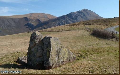 Vista del Pico Behorleguy desde el dolmen de Armiaga - Baja Navarra