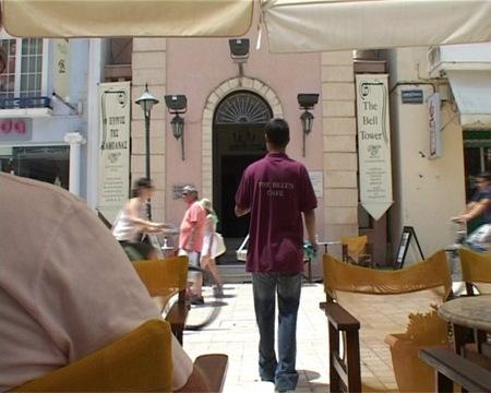 Τίτλοι τέλους για το  «Καφενείο της Καμπάνας»