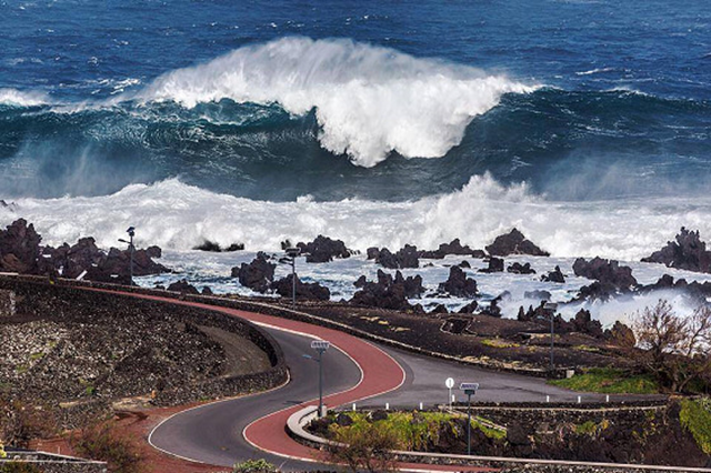 Swell: huge surf hits the Azores Islands, caused by Winter Storm Hercules, 6 January 2014. Photo: António Araújo