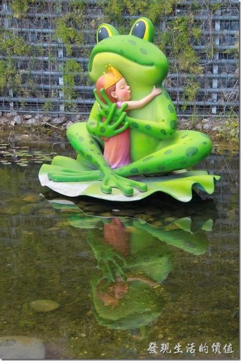 花蓮-翰品酒店。生態池中也有一隻青蛙正在期待睜開一隻眼睛的小公主的親吻。
