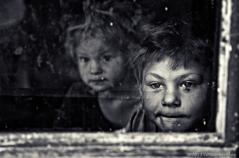 Girl and brother window kerekes