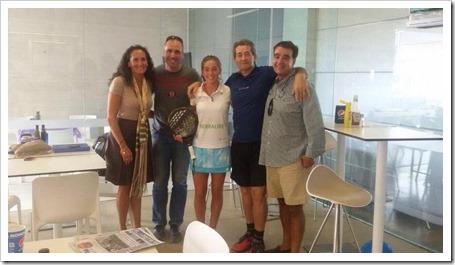 Marta Ortega con su familia y los responsables del Club Girona Pádel x3