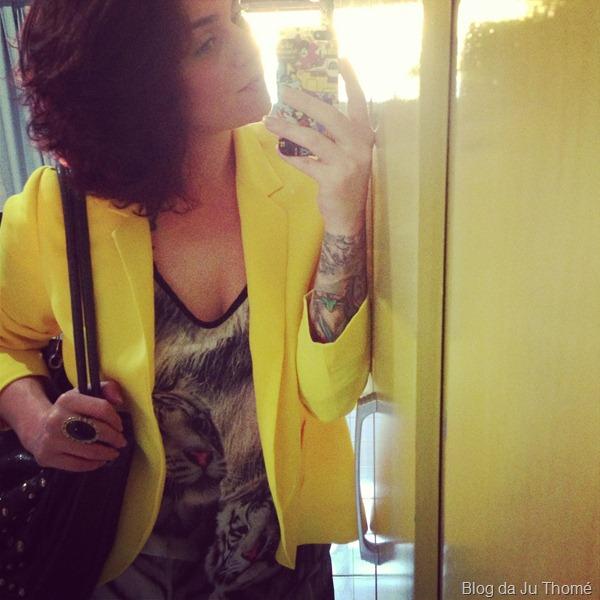 look blazer amarelo, blusa estampada e jeans preto (1)