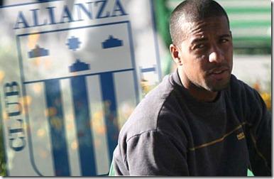 25 DE MAYO DEL 2007<br />EL CLUB UNIVERSIDAD SAN MARTIN DE PORRES LLEGA A CUSCO PARA ENFRENTARSE A CIENCIANO.<br />EN LA IMAGEN: EDSON URIBE JUNTO A UNA AMIGA EN LA PLAZA DE ARMAS DEL CUSCO<br />FOTO: MARTIN HERRERA/ TROME <br />