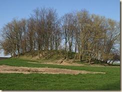 Liek (Oleye): de tumulus ligt naast de begraafplaats in de Rue de Saint-Trond