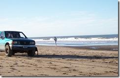 Vehículos circulando por la playa