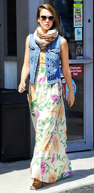 jessica-alba-290tops-her-karen-zambos-vintage-couture-floral-dress-with-a-slightly-punkish-genetic-denim-vest