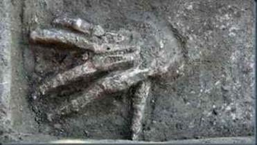 mãos gigantes encontradas arqueologos