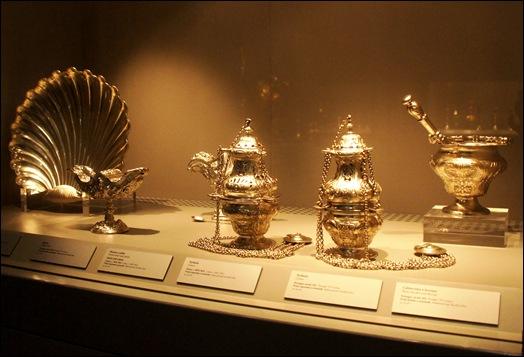 Gloria Ishizaka - museu de são roque - vitrine com peças sacras em prata