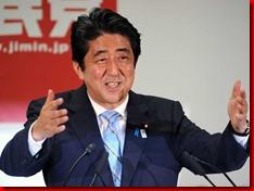 O primeiro-ministro japonês Shinzo Abe fala durante uma conferência de imprensa na sede da LDP em Tóquio nesta segunda-feira (22) (Foto: Yoshikazu TSUNO/ AFP)