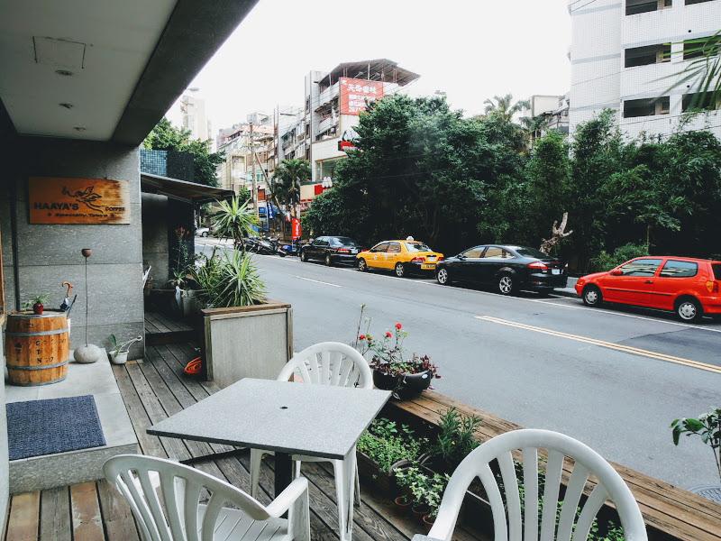 哈亞極品咖啡 Haaya's Coffee 入口右側座位區.jpg