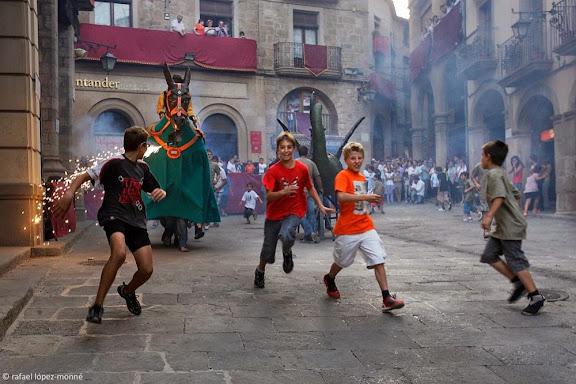 La Mulassa, amb la figura del genet Antoniu Ricu muntant-la.Festa major de Solsona.Solsona, Solsonès, Lleida