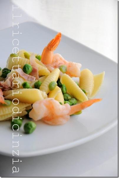 castellane con fave, piselli, gamberi e speck croccante