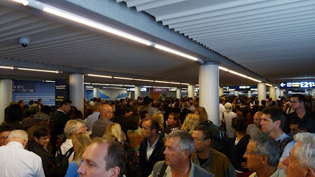 Coada la control pasapoarte in aeroportul Charles de Gaulle
