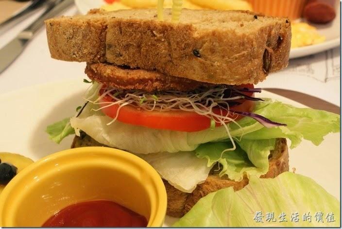 台南-左右咖啡蔬食。這個三明治裏頭放了滿滿生菜、紫色高麗菜、牛番茄,還有一片很像漢堡肉的東西。麵包應該是敗筆,因為沒有去邊,所以第一口咬下去的時候會被硬梆梆的麵包邊給誤導。