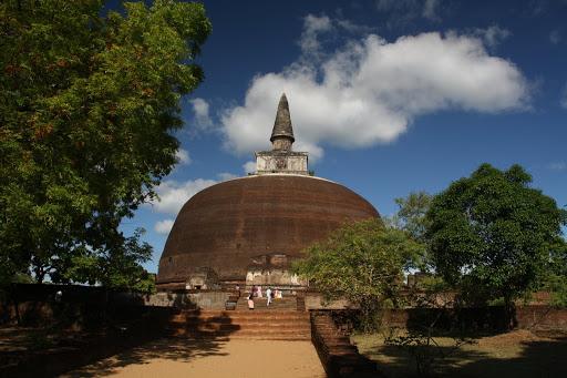 Rankot Vihara - Polonnaruwa's largest dagoba at 54m