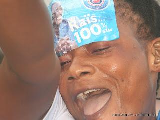 Une femme membre de la majorité présidentielle(MP), après la victoire de Joseph Kabila par la Ceni le 9/12/2011 à Kinshasa, pour la présidentielle de 2011 en RDC. Radio Okapi/ Ph. John Bompengo