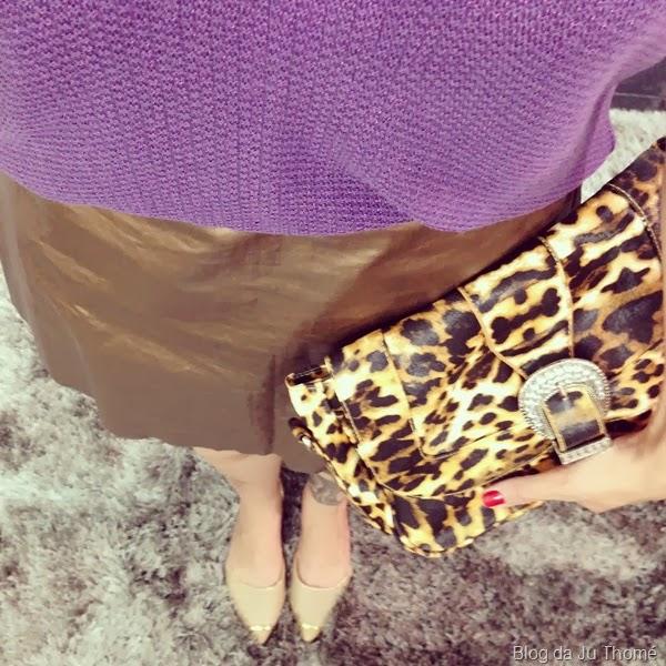 look saia dourada, tricô roxo e clutch de onça (1)