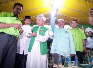 Gambar Hairie Serah Borang Kat TG Nik Aziz