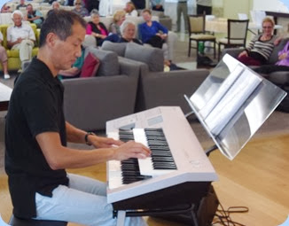 Takashi Iida playing his Yamaha Electone D-Deck two manual keyboard