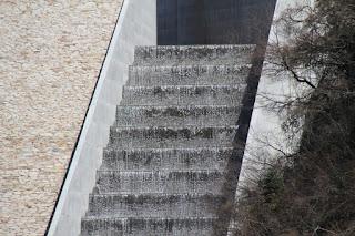 カスケード式洪水吐をさらにアップ