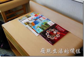花蓮-翰品酒店。客房內有擺放整齊的雜誌,配合外牆顏色的馬克杯。