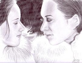 Doua fete in haine de blana privindu-se cu iubire