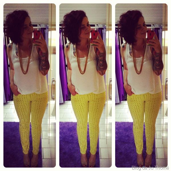 Look calça com spikes, regata branca e colar dourado (2)
