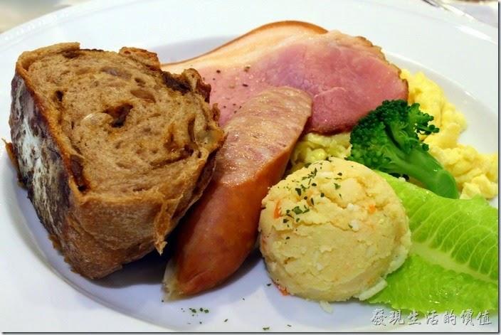 台南-地球咖啡烘培美食-早午餐。C餐的內容有煙燻里肌肉片、半條德國香腸、手感麵包、洋芋泥。