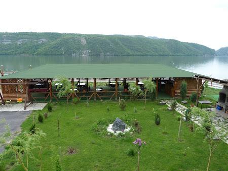 Cazare Clisura Dunarii: gradina Pensiunea Danubia