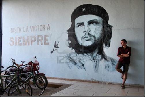 14500308-santa-clara-cuba--22-de-febrero-de-turismo-se-encuentra-junto-a-la-propaganda-mural-de-la-pared-con-