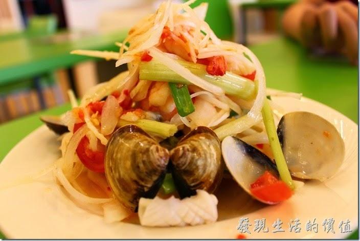 台南-越泰太。泰式涼拌海鮮,NT$90。蝦子、花枝、蛤蜊、芹菜 、小蕃茄、洋蔥…等,味道不錯,稍嗆辣,符合我的口味。