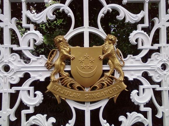 Lambang negara dari emas yang terdapat di depan gerbang istana Singapura