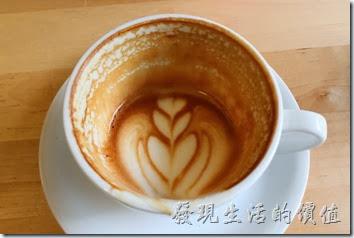 台南-PICTURESQUE早午餐。這是加了NT$50元後點的卡布其諾,單點的話一杯NT110。個人感覺這裡的熱卡布其諾咖啡真的很好喝,濃郁且順口,是我喜歡的咖啡味道,不過我發現只要有拉花的卡布,喝起來都比較偏向拿鐵的味道,這杯卡布也是,感覺介於卡布與拿鐵之間,不太像傳統的卡布。