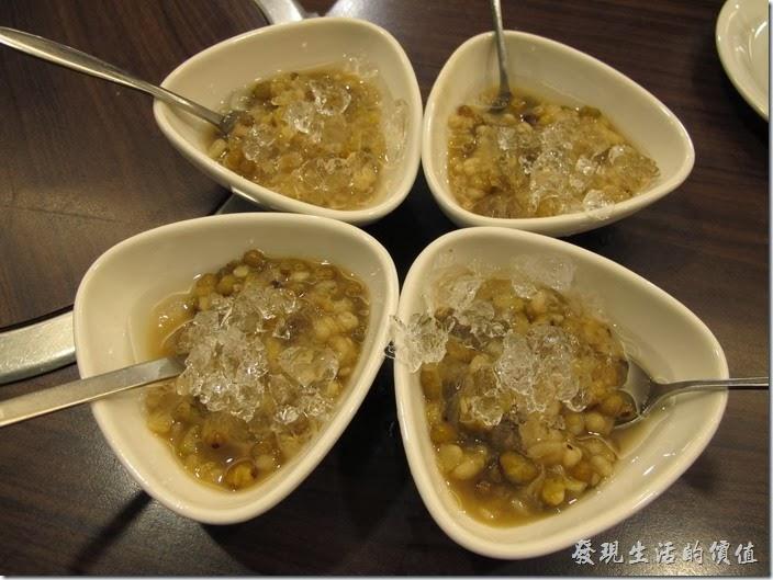 台南-碧蘿春炭索餐坊。餐後甜品-薏仁綠豆湯。甜度剛好適合我,不會太甜,不過薏仁有點硬就是了。四碗薏仁綠豆湯擺在一請形成了四片的幸運草。Luck!