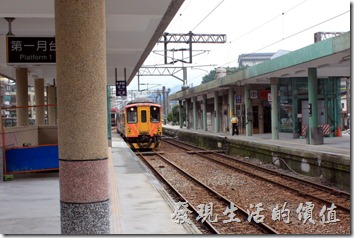 平溪線的火車又被戲稱「小叮噹」,因為藍白相間的車相顏色,不過經過彩繪的火車不知道還適不適用啊?這條平溪線還是有部分路段只能單線通車,所以火車司機必須拿到圓形的路牌才能通行,以確保不會出錯。
