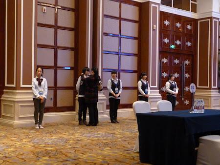 Go China Summit: Traducatorii voluntari stau drepti