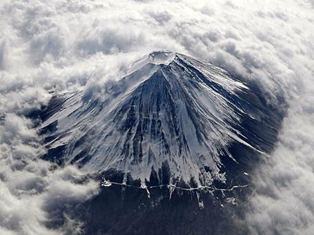 Em foto de 2 de feveiro de 2010, Monte Fuji aparece coberto de neve e cercado por nuvens. (Foto: Toru Hanai / Reuters)