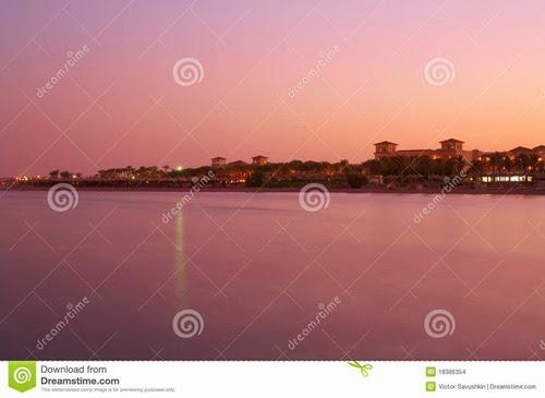 ajardine-o-por-do-sol-no-mar-vermelho-água-cor-de-rosa-céu-18386354