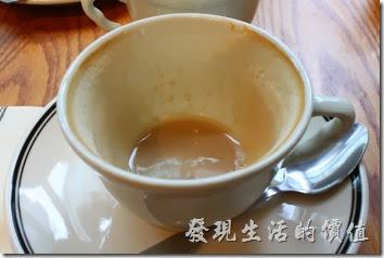 台北-PAUL早午餐。熱原味拿鐵,NT$150。早午套餐要再補NT$20元的差價。拿鐵的咖啡與牛奶濃淡適宜蠻好喝,而且順口,不過看這喝完的咖啡杯,咖啡豆的油脂似乎比較少,應該是淺烘培的豆子。
