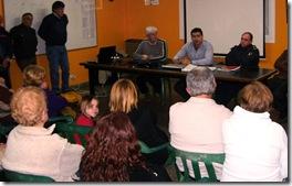Autoridades municipales reunidos con vecinos en San Bernardo