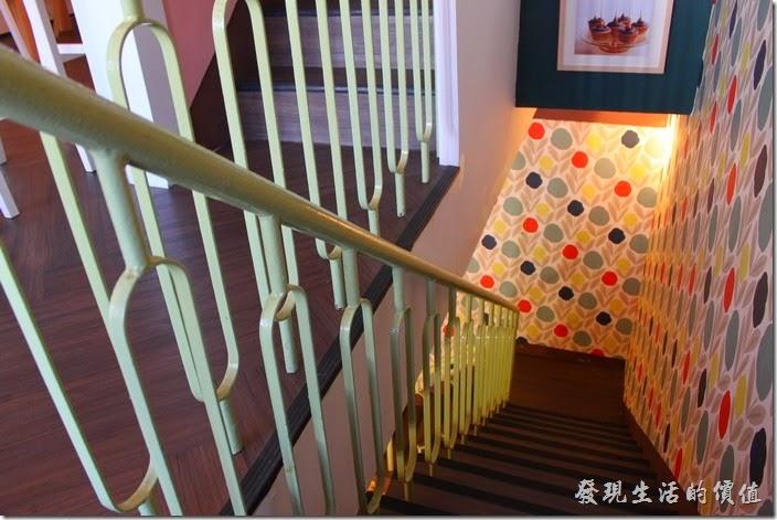 台南-PS-Cafe-Brunch。台南【PS Café Brunch】一、二樓間的樓梯,樓梯有點狹窄及陡峭,使用舊式的鐵欄杆,牆面上有著鮮艷的壁紙。