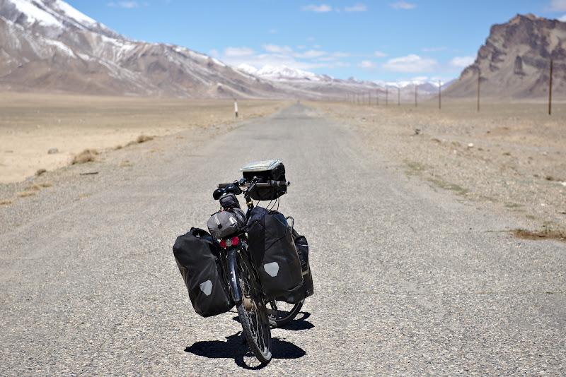 Autostrada Pamir, cu 5 masini pe zi.