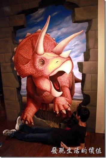 豪斯登堡-超級錯覺藝術。來人啊!快救救我!我快被這隻三角龍踩扁了!