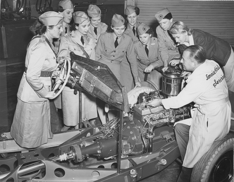 Second Lieutenant Dorothy Putnam (second woman from right) in her first mechanics class. Circa 1942.