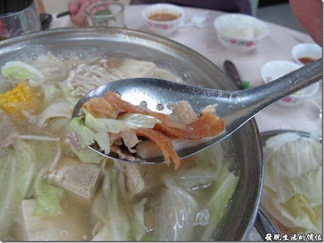 台南小豪洲沙茶爐火鍋。這沙茶火鍋湯頭裡面已經放有許多的扁魚及蝦米來提味了,如果嫌為到不夠濃郁的朋友可以在加點一份。