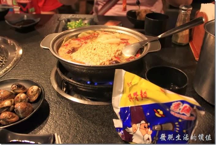 台南-逐鹿焊火燒肉。火鍋內放上王子麵或是科學麵是一定要的,我們一連給它上了兩包。