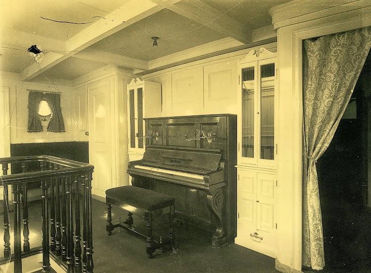 Salon de musica de 1ª Clase. Foto Felix Barrio Fort. Año 1884. Del libro La Imagen del Acero. 125 Años del Astillero de Puerto Real.jpg